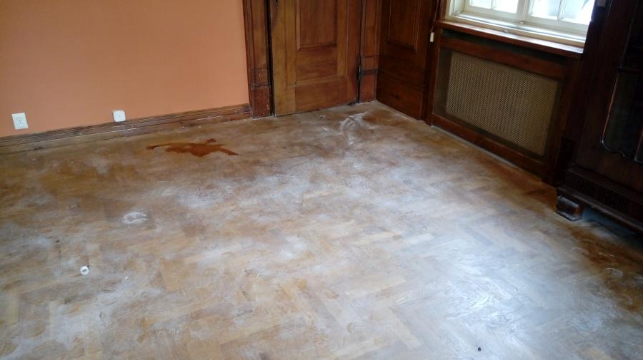 zanieczyszczona podłoga przed sprzątaniem