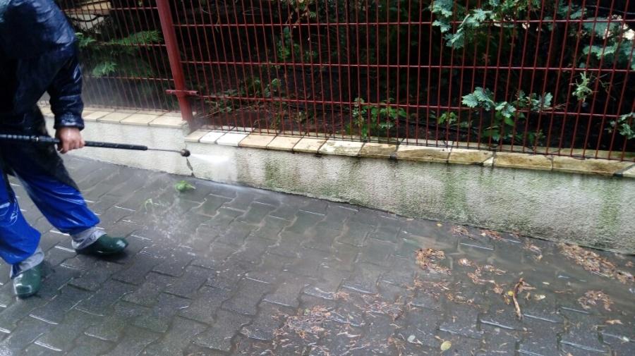 Mycie elewacji ogrodzenia