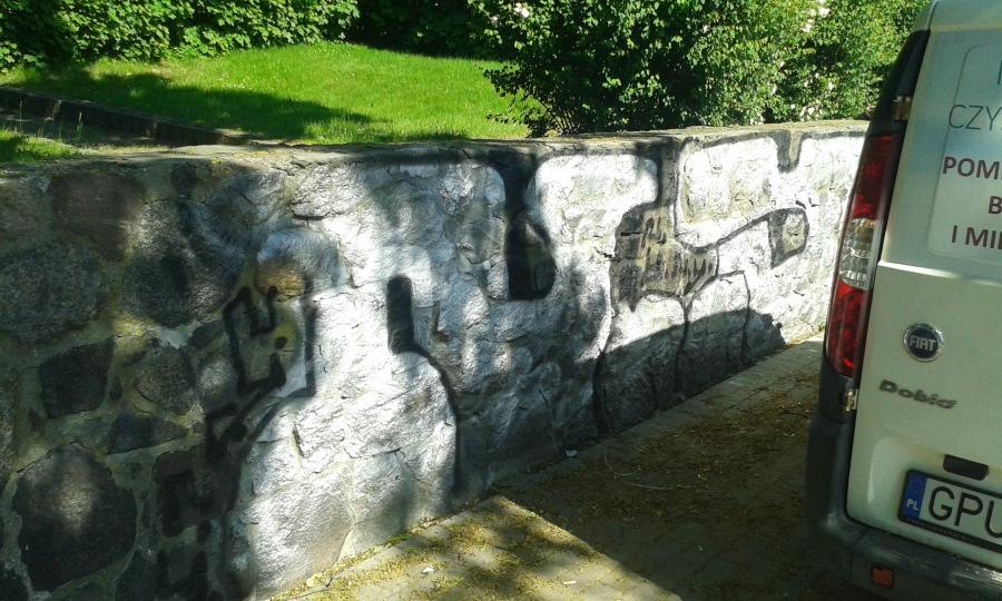 Czyszczenie muru, usunięcie graffitti